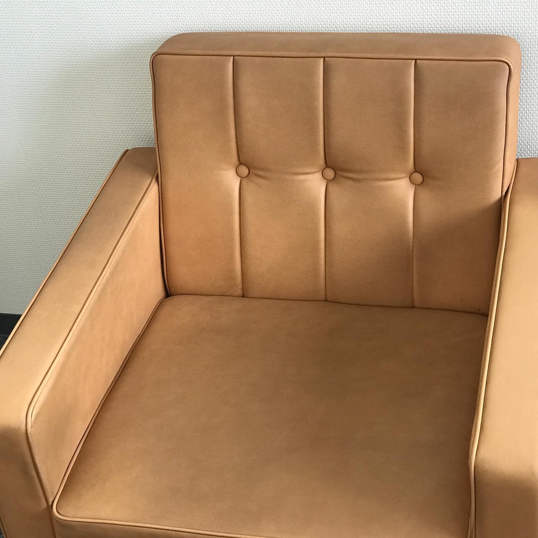 レザーソファー洗浄仕上げはローションを使います。30年以上使用し、10年前に張替え。レザー専用洗剤と柔らかなブラシで素材に優しく機械洗浄しています。本来の明るい色に甦りました。 #革張りソファー#泡洗浄#応接ソファー#大切なソファー
